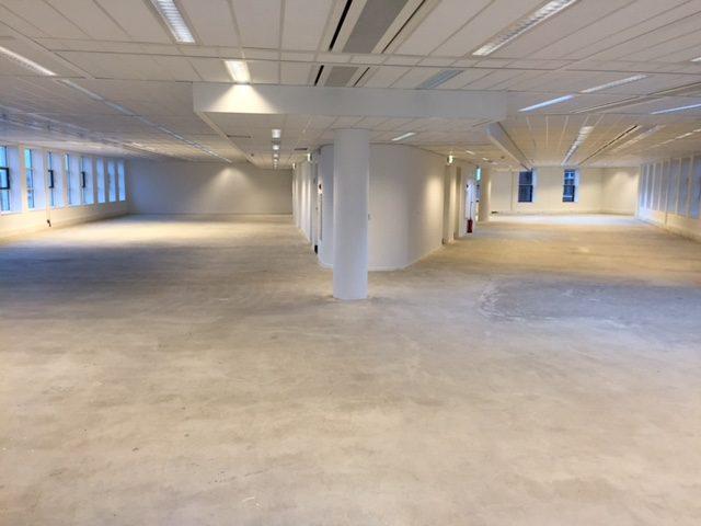 Foto van een kantoor na een bedrijfsontruiming.