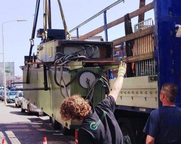 Hijsen van een zware machine bij een bedrijfsontruiming