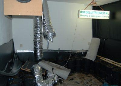 Slaapkamer met hennepkwekerij voor de woningontruiming.